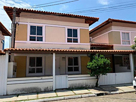 Casa de 4 Quartos em Condomínio Fechado Próximo à Praia